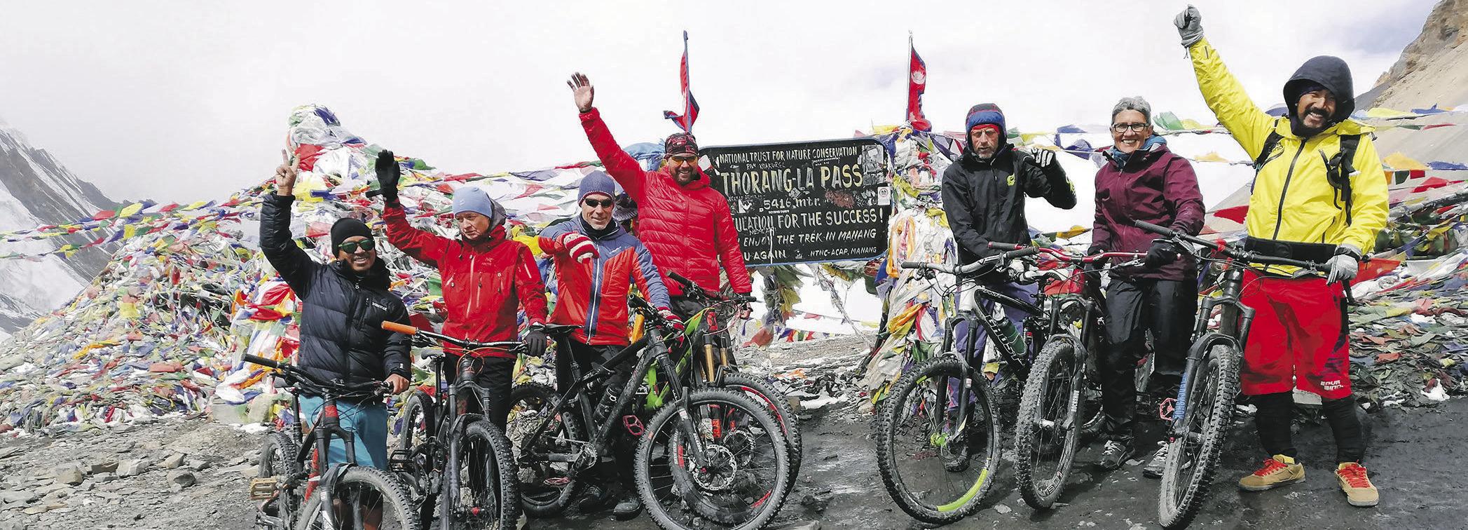 Ybriger Mountainbikegruppe auf dem höchsten Pass der Welt