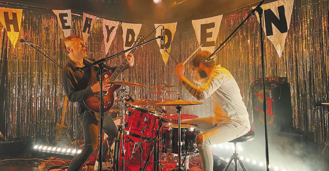 Eine laute Weihnachtsfeier  unter Rockmusik-Fans