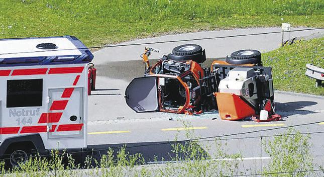 Fahrzeug überschlagen, Lenker verletzt