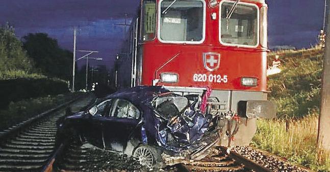 Zug kollidierte mit einem Personenwagen