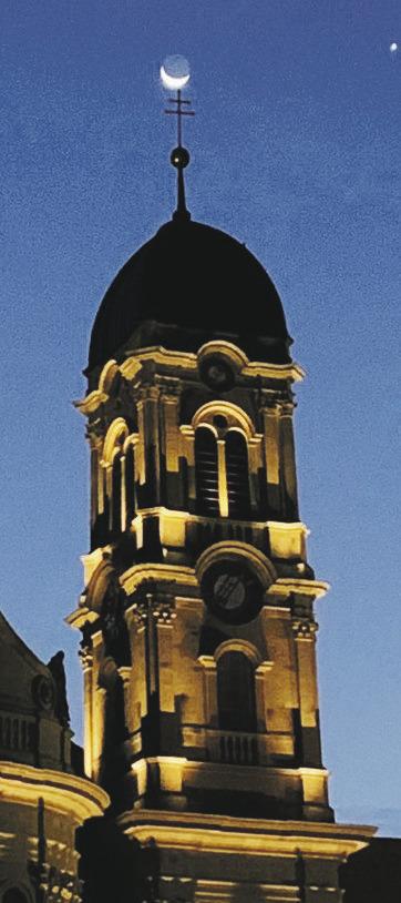 Halbmond auf die Kirchturmspitze gesetzt hat. Erst der Blickwinkel macht es aus. Foto: Hanspeter Kälin Am kommenden