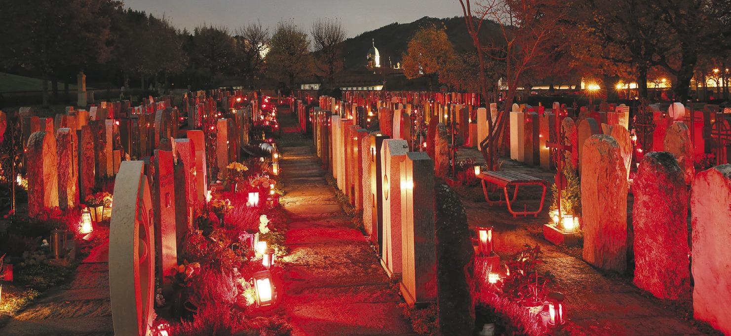 Kerzenschein auf dem Friedhof und beim Rathaus