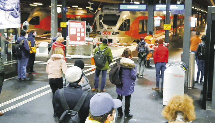 Schnee setzte auch dem  Bahnhof Einsiedeln zu
