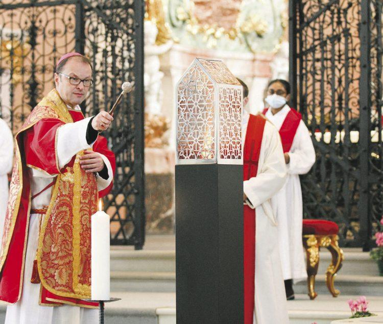 Abt Urban weiht neues Reliquiar ein