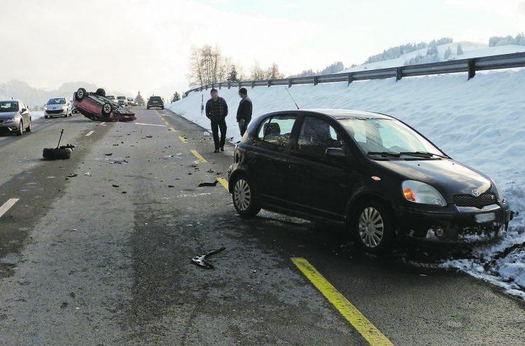 Einsiedeln: Auto landet auf dem Dach