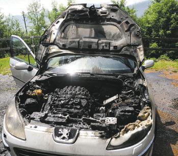 Ein Auto ist in Brand geraten