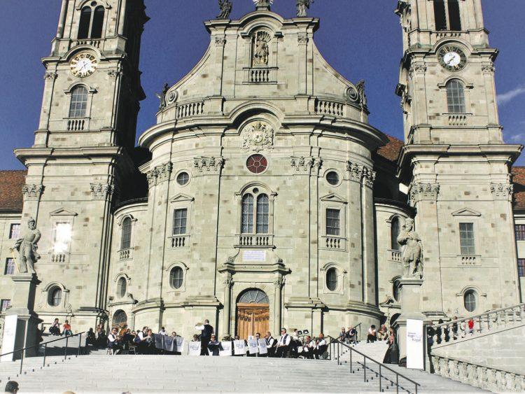 Blaskapelle Etzel-Kristall spielte vor dem Kloster auf