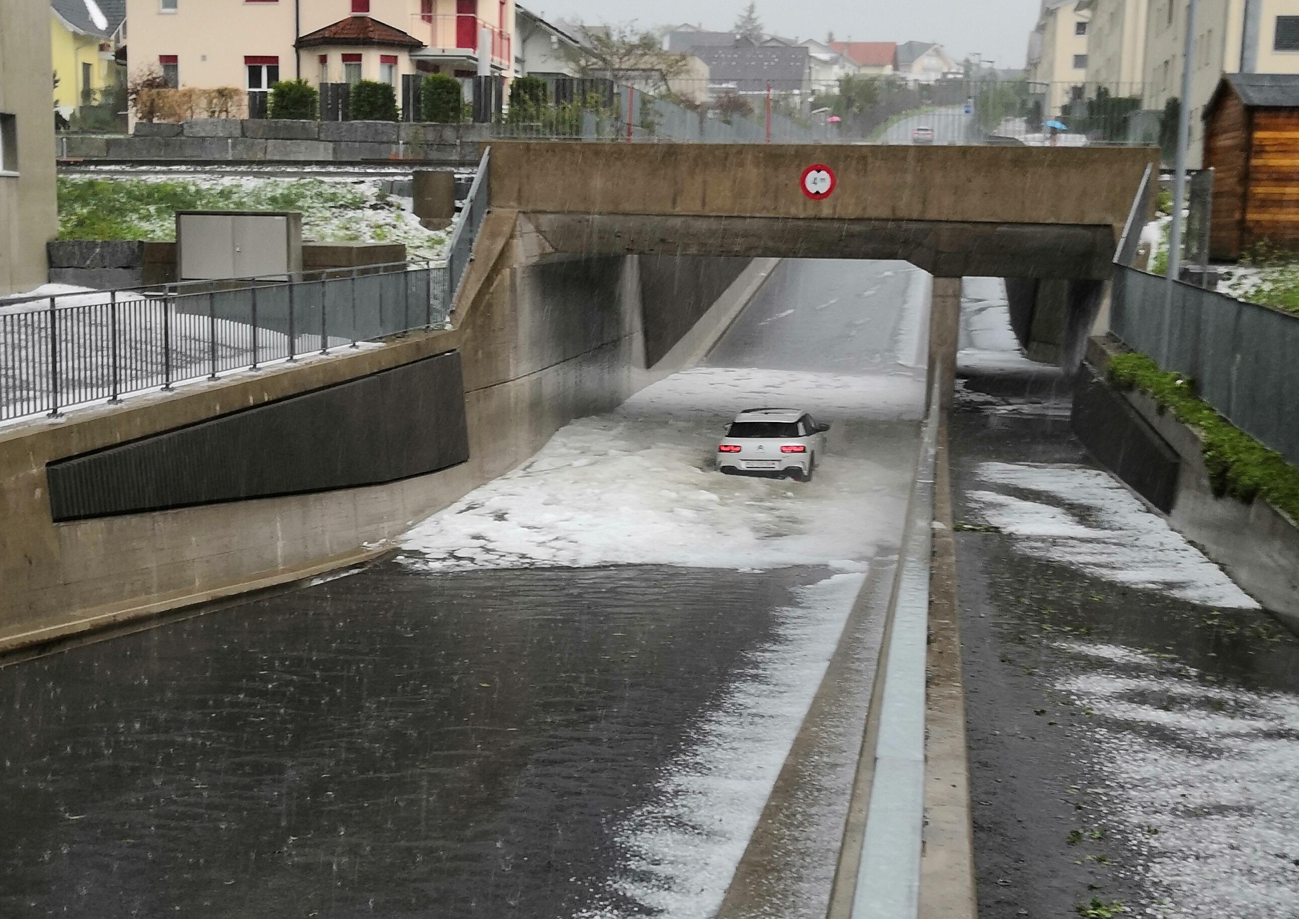 Einsiedeln: Kurzes aber heftiges Gewitter führte zu Überflutungen und Hagelschäden
