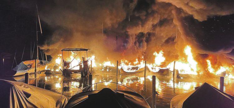 Grossbrand zerstört mehrere Schiffe im Segelhafen