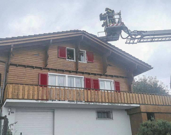 Rauch qualmte aus dem Dach  eines Chalets in Bennau