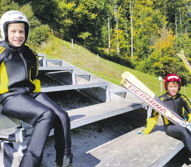 Skispringer aus zehn Nationen