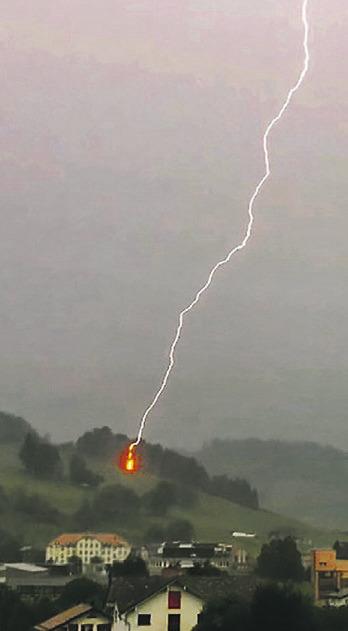 Martin Füchslin aus Einsiedeln ist letzten Freitag, 30. Juli, um genau 16.49 Uhr diese Aufnahme  eines Blitzes