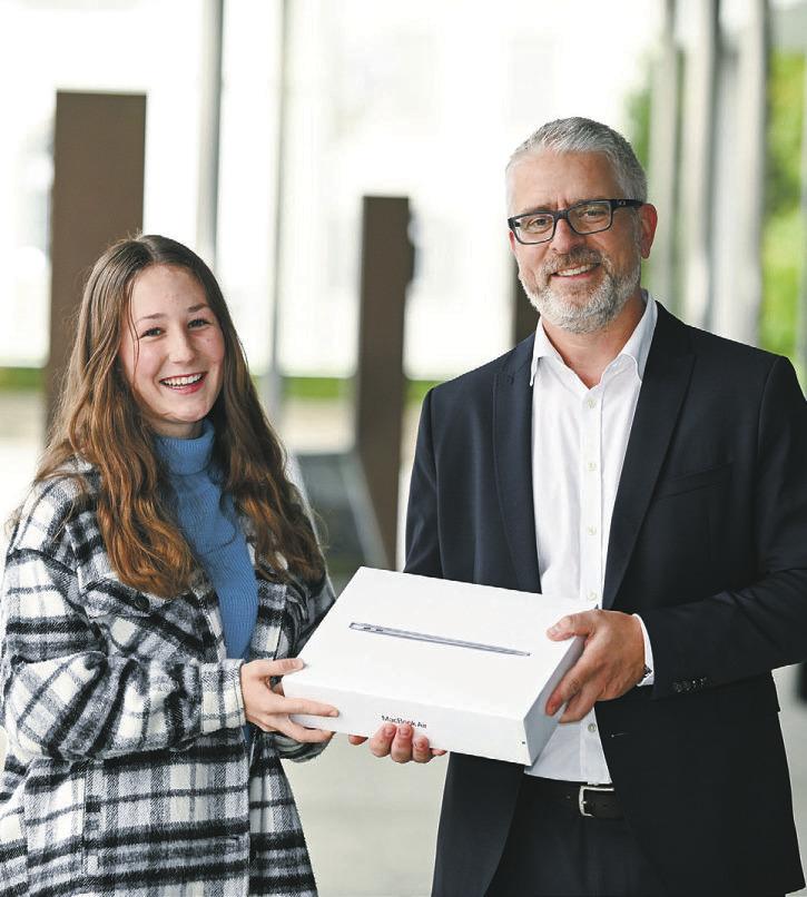 Glückliche Gewinnerin  eines MacBook Air