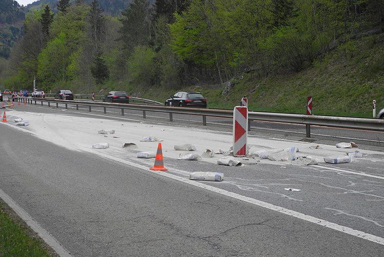Zementsäcke  auf der Autobahn